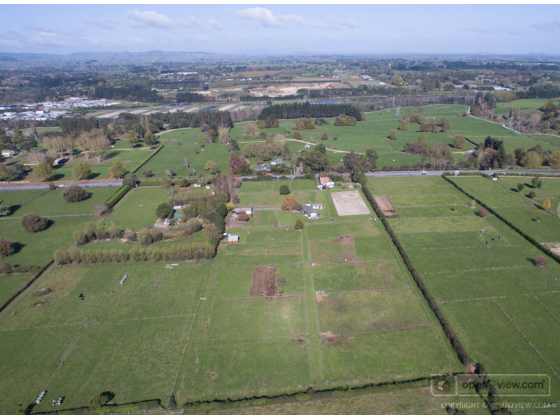 Home, Arena, Stables and more, easy access to AKL Airport and Karaka